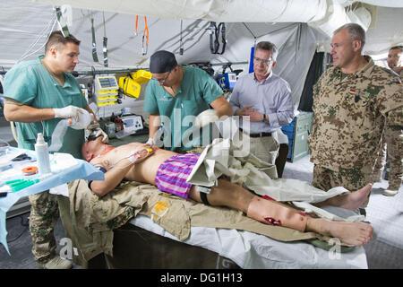 Mazar-e-Sharif, Afghanistan. 6. Oktober 2013. Bundeswehr ... | {Sanitäter bundeswehr 48}
