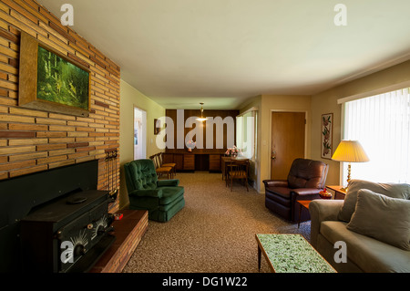 Wohnzimmer eines ländlichen Haus in den Bergen mit einem Sofa und ...
