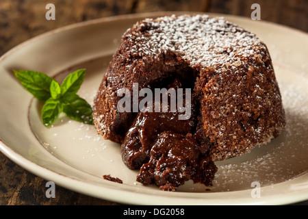 Hausgemachte Schokolade Lava Kuchen Dessert mit Minze - Stockfoto