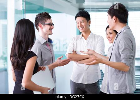 Team Mitarbeiter mit einem Treffen - Stockfoto