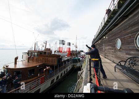 Southend, UK. 12. Oktober 2013. Der weltweit letzten und größten Ozean-Raddampfer besucht Southend Pier. 1,3 Meilen - Stockfoto