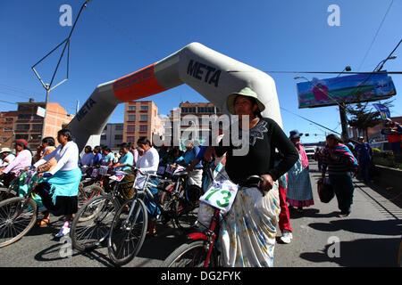 El Alto, Bolivien. 12. Oktober 2013.  Wettbewerber Line-up vor dem Start von einem Cholitas Radrennen für indigene - Stockfoto