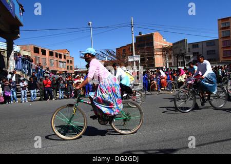 El Alto, Bolivien. 12. Oktober 2013.  Wettbewerber kurz nach dem Start von einem Cholitas Radrennen für indigene Aymara Frauen. Das Rennen findet auf einer Höhe von etwas mehr als 4.000 m entlang der Hauptstraßen in der Stadt El Alto (oberhalb der Hauptstadt La Paz) für bolivianische Womens Tag wurde gestern Freitag, den 11. Oktober statt. Bildnachweis: James Brunker / Alamy Live News