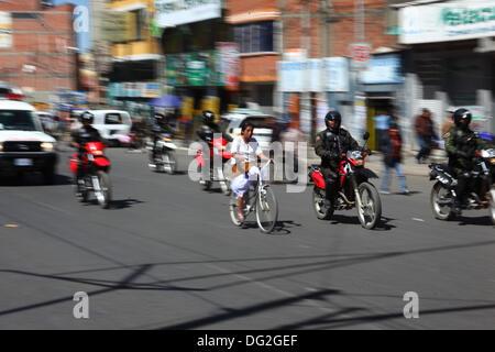 El Alto, Bolivien. 12. Oktober 2013. Einer der letzten Teilnehmer geht mit eine Polizei-Eskorte (um den Verkehr - Stockfoto