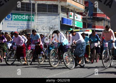 El Alto, Bolivien. 12. Oktober 2013.  Teilnehmer starten ein Cholitas Radrennen für indigene Aymara Frauen. Das - Stockfoto