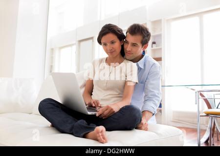 Frau Mann Laptop indoor Wohnzimmer Liebhaber - Stockfoto