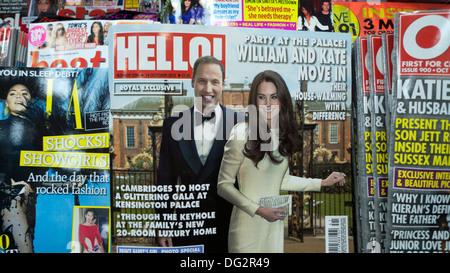 """""""William und Kate Move in Kensington Palace"""" Hello Magazin Frontabdeckung Schlagzeile auf Zeitungsladen Regal Oktober 2013 KATHY DEWITT"""