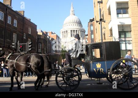 St Pauls London, mit alten altmodischen Polizei Wagen - Stockfoto