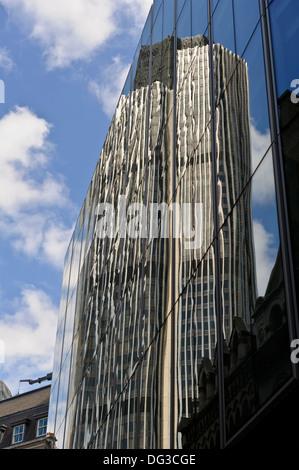Reflexion der Tower 42 bekannt als National Westminster Bank, London - Stockfoto