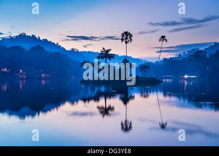 Kandy-See und die Insel beherbergt das Königshaus Sommer bei Dämmerung, Kandy, Central Province, Sri Lanka, Asien - Stockfoto