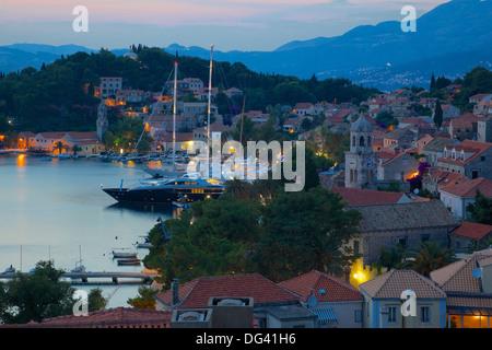 Blick über Altstadt in der Abenddämmerung, Cavtat, Dubrovnik Riviera, Dalmatien, Dalmatien, Kroatien, Europa - Stockfoto