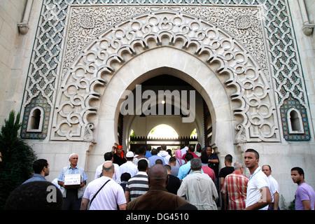 Muslime in die große Moschee von Paris auf Beihilfen El-Fitr Festival, Paris, Frankreich, Europa - Stockfoto