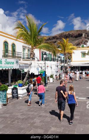 Menschen zu Fuß auf einer Promenade, Puerto de Mogan, Gran Canaria, Kanarische Inseln, Spanien, Europa - Stockfoto