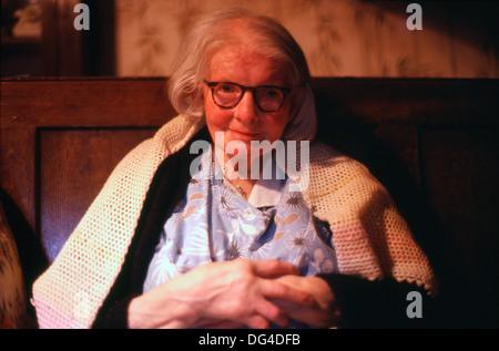 Eine ältere Frau warm zu halten in einem Wollenen shawl Ceredition Wales UK 1981 KATHY DEWITT - Stockfoto