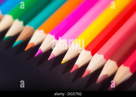 Farbstifte in schwarzem Hintergrund - Stockfoto