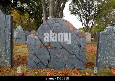 Alten New England Friedhof Grabstein, Grabstein, Plymouth Rock, Massachusetts im Herbst - Stockfoto