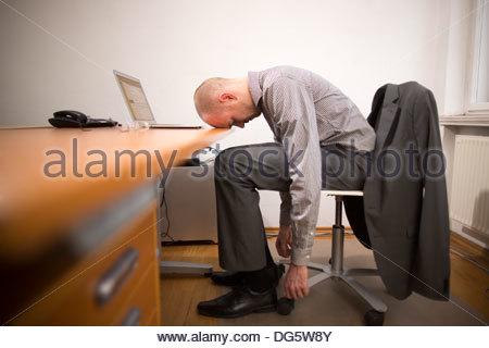 Geschäftsmann sucht gestresst und müde mit Überlastung der Arbeit - Stockfoto