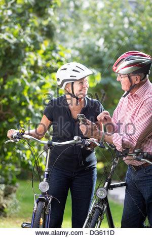 Älteres Paar suchen in Gps beim Radfahren - Stockfoto