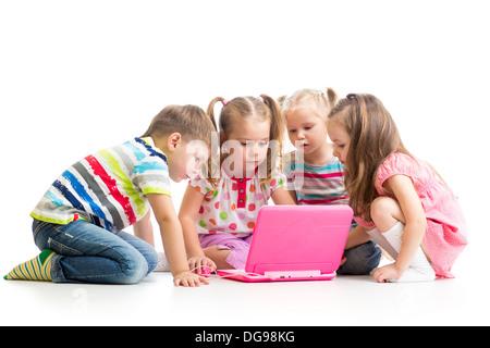 Freundeskreis Kinder spielen auf dem laptop - Stockfoto