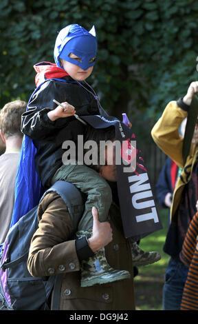 Eine junge Superhelden verbindet Tausende Streikende Lehrer marschieren durch Brighton heute - Stockfoto