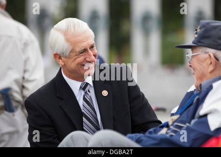 Washington state Congressman Dave Reichert im Gespräch mit Veteranen auf der National WWII Memorial - Washington, - Stockfoto
