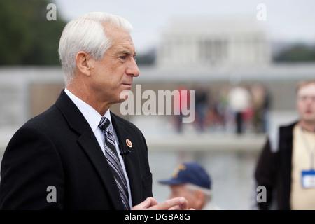 Washington state Congressman Dave Reichert im Gespräch mit Medien an das National WWII Memorial - Washington, DC - Stockfoto