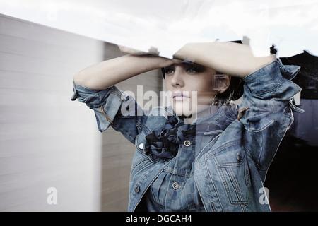 Junge Frau aus Fenster - Stockfoto