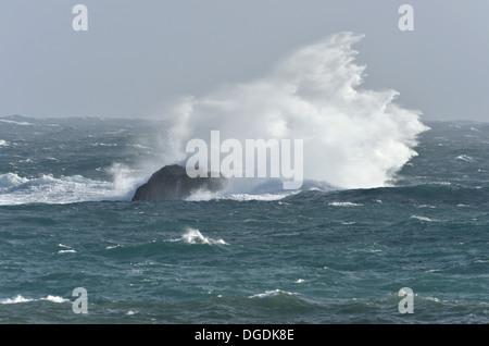 Raue See an der britischen Küste - Stockfoto