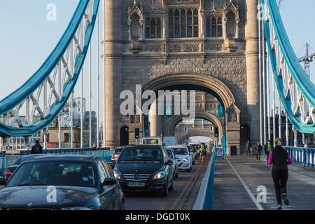 Verkehr auf Tower Bridge in den frühen Morgenstunden London - Stockfoto
