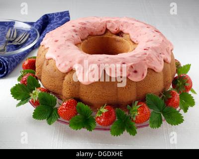 Erdbeer Gugelhupf glasiert - Stockfoto