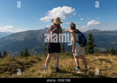 Zwei Frauen Wanderer genießen Sie den Blick von den Gipfeln der Madrisa Klosters Trail. Schweiz - Stockfoto