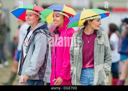 Das Reading Festival - Mädchen mit Regenschirm Hüte Kopf für die Hauptbühne Aug 2013 - Stockfoto