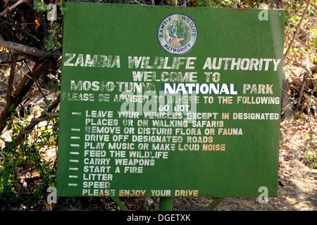 Das Schild am Eingang der Mosi-Oa-Tunya Nationalpark in der Nähe von Victoria Falls, Sambia Afrika - Stockfoto