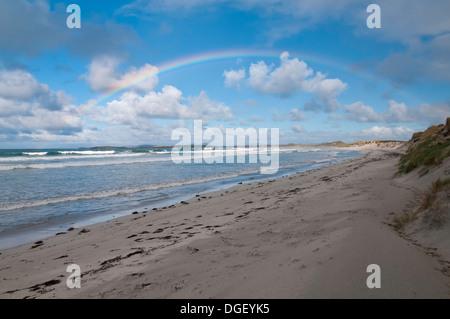 Ein Regenbogen über Traigh Lar, Malacleit, North Uist in den äußeren Hebriden, Schottland - Stockfoto