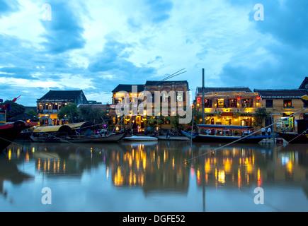 Hoi an einem Flussufer in Vietnam in der Abenddämmerung - Stockfoto