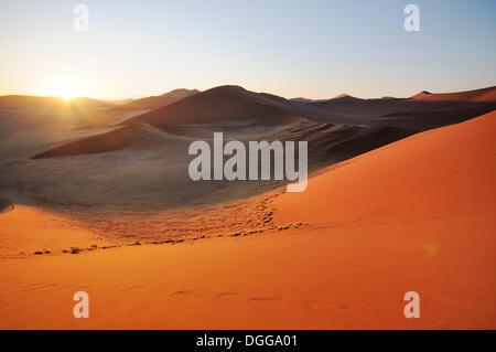 Sonnenaufgang von Düne 45 auf eine Wüstenlandschaft mit Dünen, Tsauchab-Tal, Sossusvlei, Namib-Naukluft-Park, Namib - Stockfoto