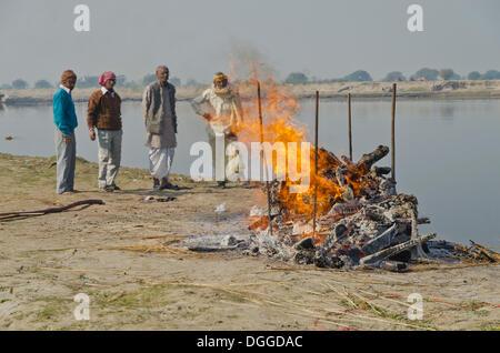 Gruppe von Menschen beobachten die Zeremonie Einäscherung eines Familienmitglieds am Ufer des Flusses Yamuna, Vrindavan, - Stockfoto