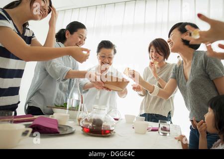 Drei-Generationen-Familie lachen bei den Mahlzeiten - Stockfoto