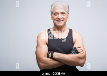 Senior woman in Sportbekleidung mit Arme gekreuzt, Porträt - Stockfoto
