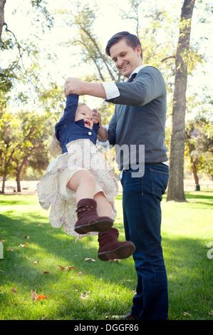 Vater im Park spielen mit Tochter - Stockfoto