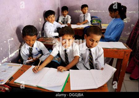 Jungen in einer Schule der christlichen Gemeinde in Lahore, Punjab, Pakistan, Asien - Stockfoto