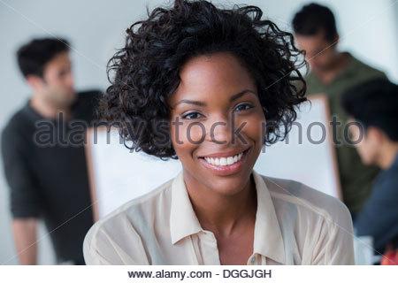 Porträt der Frau im Büro - Stockfoto