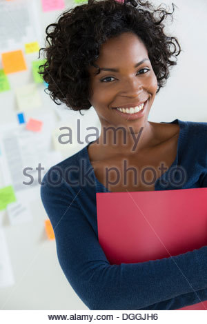 Porträt der Frau, die Datei in office - Stockfoto