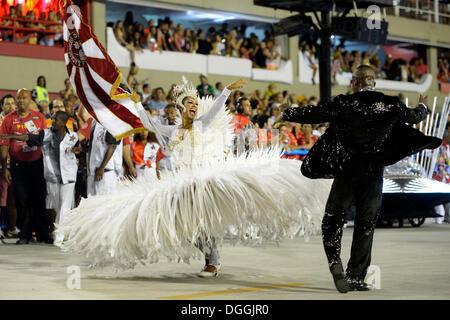 Paare tanzen, Parade der Samba Schule Inocentes de Belford Rocho, Porta Bandeira e Mestre Sala, in dem Sambodromo - Stockfoto