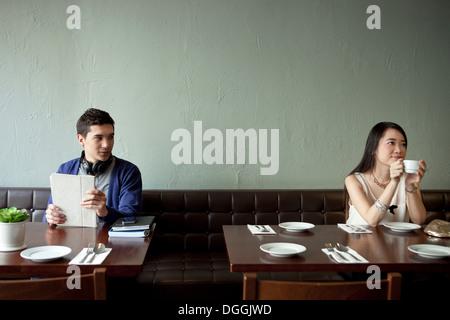 Junger Mann sucht junge Frau im restaurant - Stockfoto