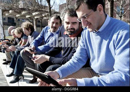 Reife Geschäftsmann mit digital-Tablette, wie Kollegen blicken auf - Stockfoto