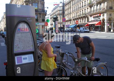 Paris Frankreich Europa Französisch 2. Arrondissement Rue des Filles Saint-Thomas Velib Bike Share-System Mann Frau - Stockfoto