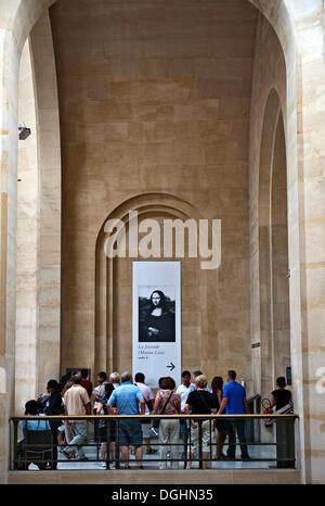 Besucher, melden Sie sich Touristen vor die Richtung der Mona Lisa Hall in das Musée du Louvre, Paris - Stockfoto