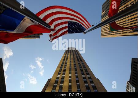 Blick auf das Rockefeller Center, Rockefeller Plaza, mit einer amerikanischen Nationalflagge, Manhattan, New York, - Stockfoto