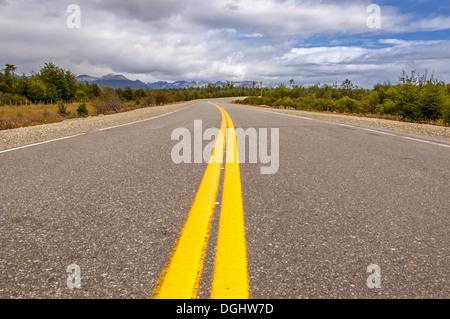 lebendige Bild der Autobahn und blauer Himmel - Stockfoto